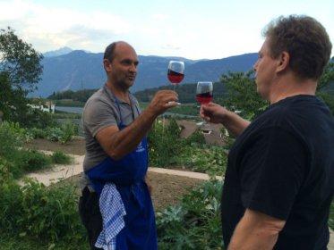 Freundschaften sind wichtiger den je...Jürgen und Hannes genießen den Eigenbau aus Tisens