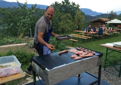 Grillen im Garten mit Gäste im Sommer2015
